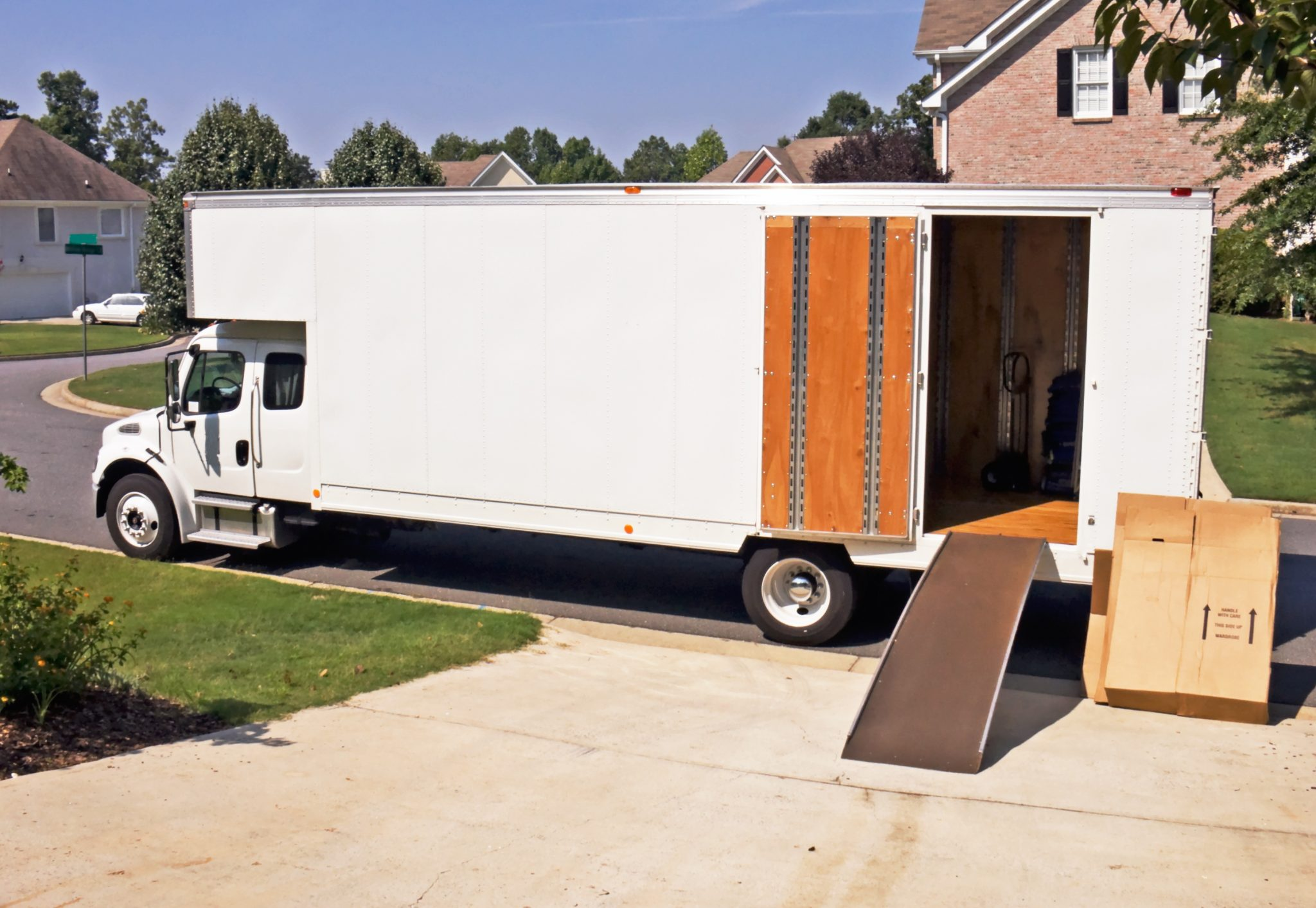 Few Reasons to Hire Professional Movers